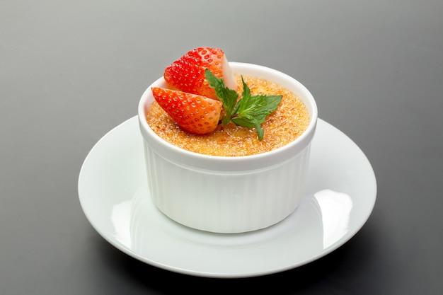 Sobremesa com uma crosta de açúcar queimado por um maçarico