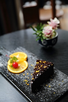 Sobremesa comida laranja bolo de chocolate com fundo de madeira