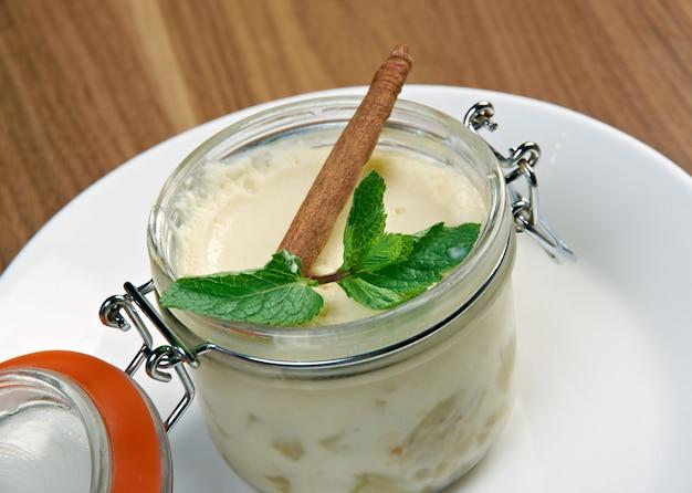 Sobremesa cremosa com canela e hortelã