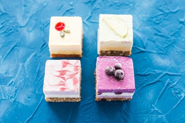 Sobremesa crua vegan com nozes e frutas, vista superior. comida saudável e conceito de estilo de vida