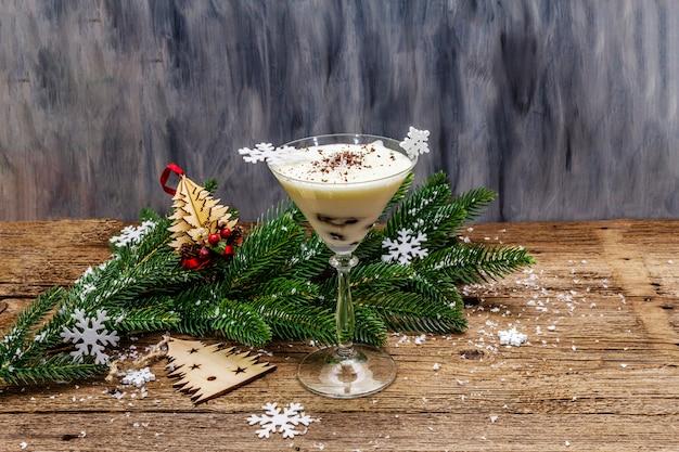 Sobremesa de ameixa tradicional com nozes e chantilly com açúcar. conceito de doce presente de ano novo. superfície de tábuas de madeira