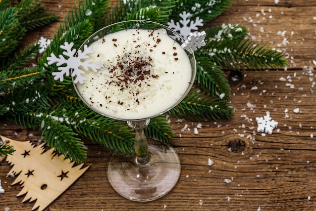 Sobremesa de ameixa tradicional com nozes e chantilly com açúcar. conceito de doce presente de ano novo.