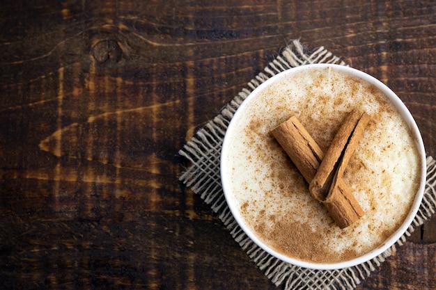Sobremesa de arroz doce cremoso polvilhado e decorado com canela, caseiro
