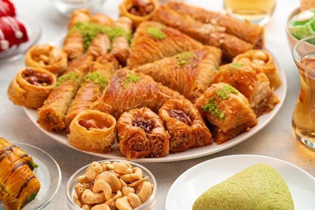 Sobremesa de baklava turca com mel close-up