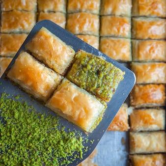 Sobremesa de baklava turca feita de massa fina, nozes e mel