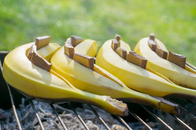 Sobremesa de banana com chocolate. preparação na grelha. cardápio de verão