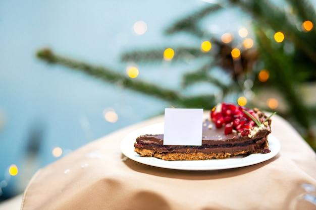 Sobremesa de bolinho de chocolate doce de manhã deliciosa na mesa de madeira
