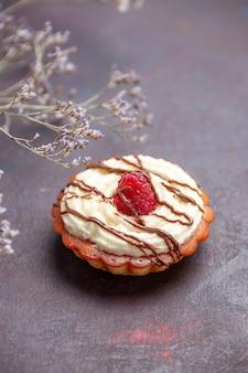 Sobremesa de bolo cremoso de vista frontal para chá no fundo escuro bolo de açúcar bolo de biscoito torta doce