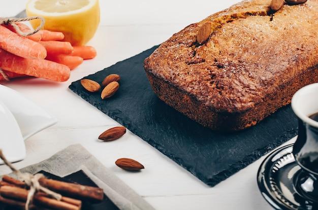 Sobremesa de bolo de cenouras e nozes caseiras frescas e saudáveis.