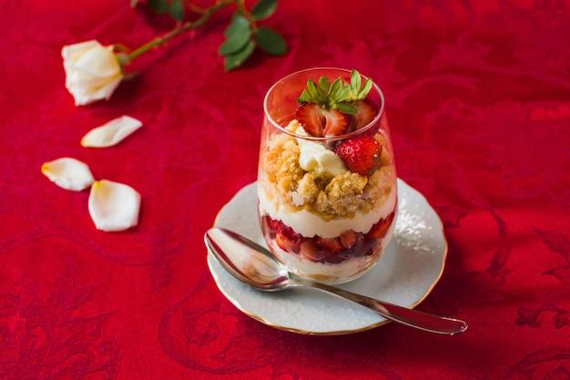 Sobremesa de camada de morango