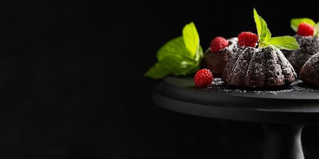 Sobremesa de chocolate close-up com açúcar em pó