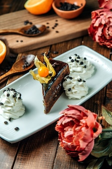 Sobremesa de chocolate com creme de lado