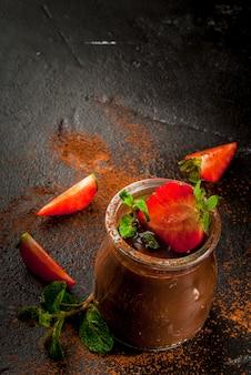 Sobremesa de chocolate com morangos e hortelã