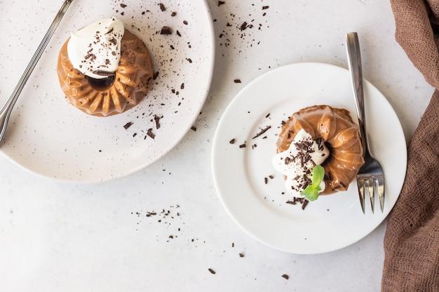 Sobremesa de chocolate decorada com chantilly, chocolate ralado e menta. panna cotta.