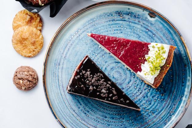 Sobremesa de chocolate e frutas no prato