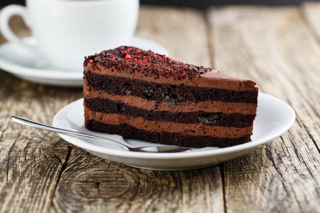 Sobremesa de chocolate vegetariano saboroso na mesa de madeira para celebração