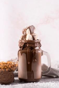 Sobremesa de chocolate vista frontal com marshmallows