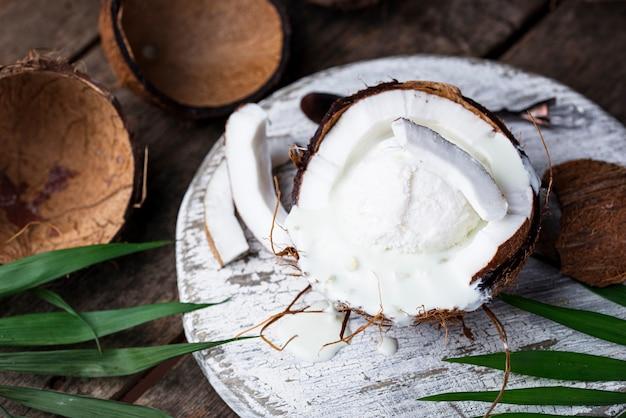Sobremesa de coco com sorvete