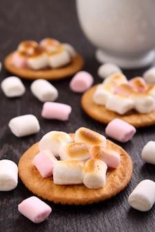 Sobremesa de cookies com marshmallow em um fundo preto, decoração de natal