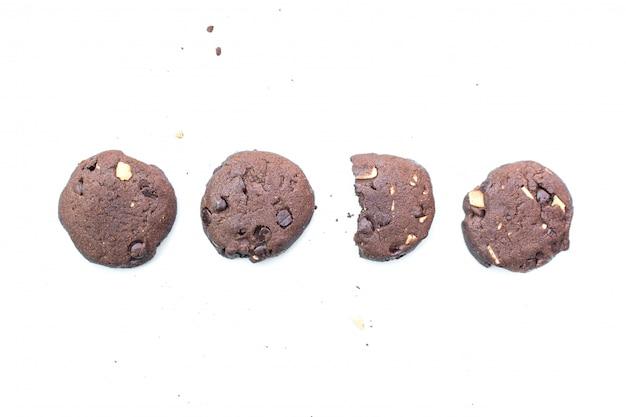 Sobremesa de cookies de chocolate no fundo branco