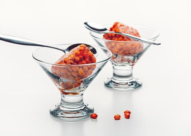 Sobremesa de frutas vermelhas congeladas em uma tigela de vidro comida saudável foto de estúdio