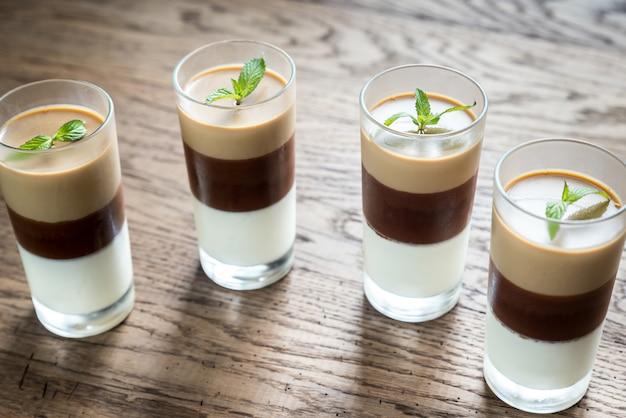 Sobremesa de geléia nos copos