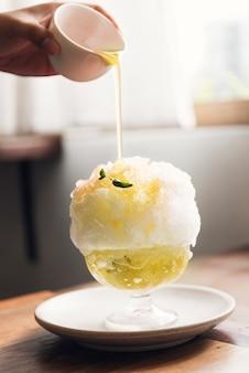 Sobremesa de gelo raspado