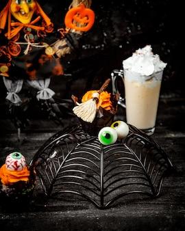 Sobremesa de halloween em forma de teia de aranha e olhos e um brownie de chocolate