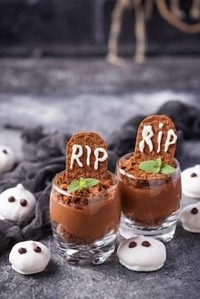 Sobremesa de halloween em forma de túmulo. foco seletivo