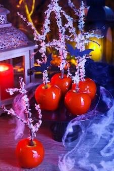 Sobremesa de halloween. maçã doce caramelizada com sangue envenenado. pirulitos venenosos de branca de neve.