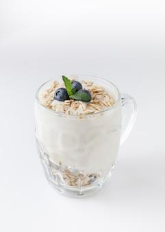 Sobremesa de iogurte com aveia, mirtilo, framboesa e hortelã