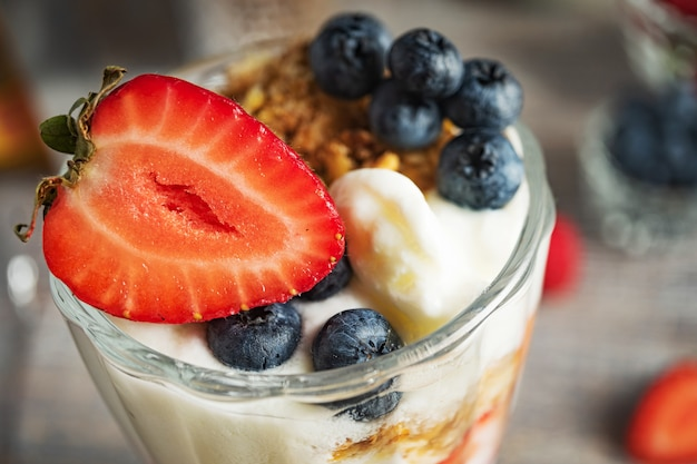 Sobremesa de leite com morangos e mirtilos close-up