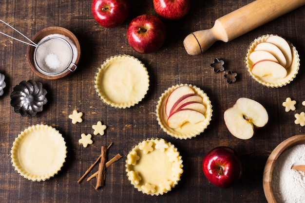 Sobremesa de maçã saborosa vista superior em cima da mesa