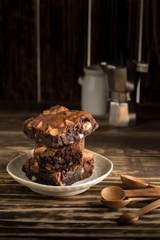 Sobremesa de macadâmia chocolate brownie cozido doce em madeira fundo