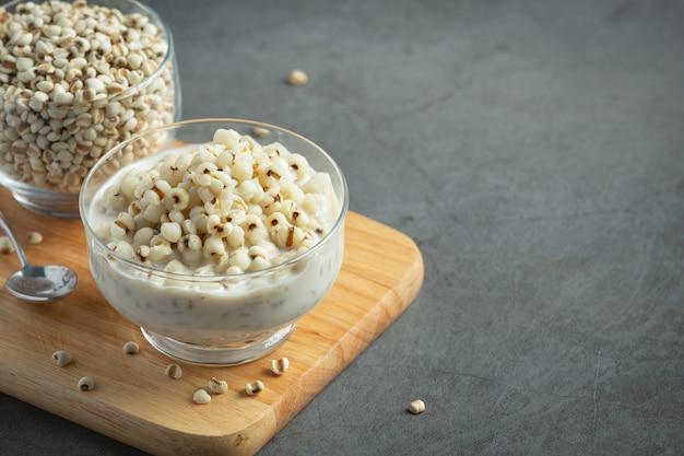 Sobremesa de milho e leite de coco em tigela de vidro