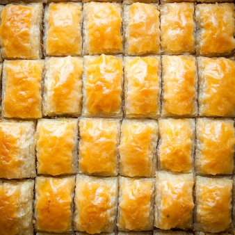 Sobremesa de padrão baklava turca feita de massa fina, nozes e mel