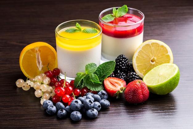 Sobremesa de panna cotta em um recipiente de vidro e frutas