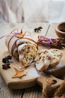 Sobremesa de pastelaria festiva de natal tradicional em madeira