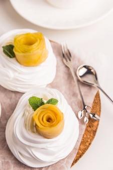 Sobremesa de pavlova festiva leve feita de merengue, kurt de limão e chantilly