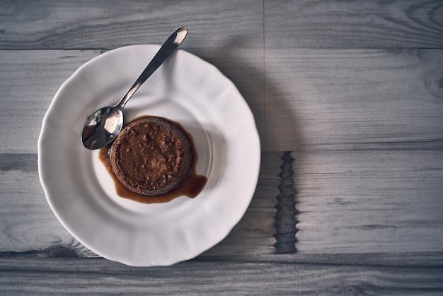 Sobremesa de pudim em uma mesa de madeira natural escura
