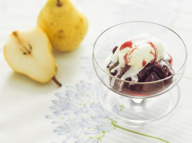 Sobremesa de sorvete de morango com peras