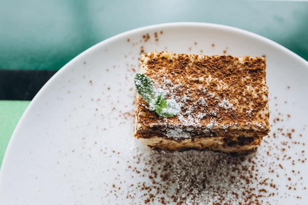 Sobremesa de tiramissu com hortelã