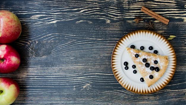 Sobremesa de torta de maçã caseira orgânica pronta para comer