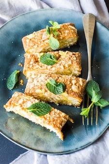 Sobremesa de torta kuchen europeia decorada com hortelã fresca