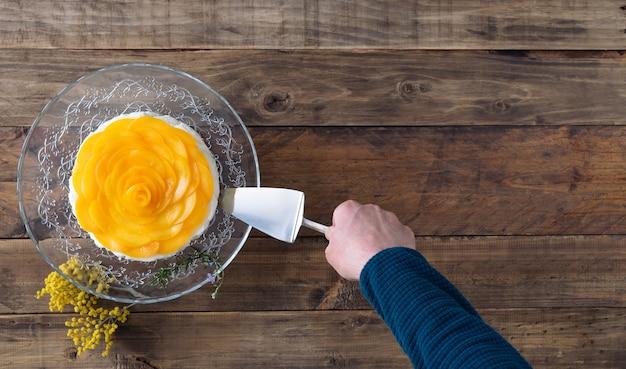 Sobremesa de três leites com geleia decorada com pêssegos em base de madeira. copie o espaço. vista do topo.
