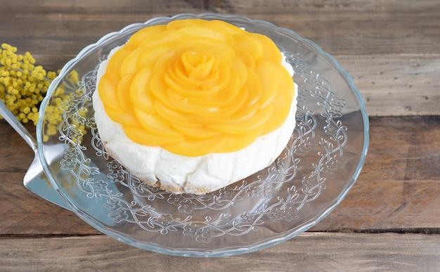 Sobremesa de três leites decorada com pêssegos em forma de rosa. copie o espaço. receita colombiana. conceito de pastelaria.