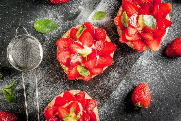 Sobremesa de verão e primavera. tortinhas caseiras com creme e morangos