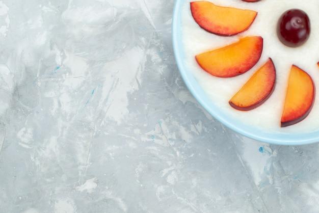 Sobremesa de vista de perto com frutas fatiadas frutas dentro da placa, juntamente com bolachas doces em branco, bolacha crocante de frutas doces