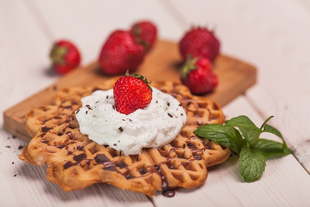 Sobremesa de waffles com natas e frutas