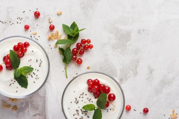 Sobremesa deliciosa com copa de frutas e iogurte